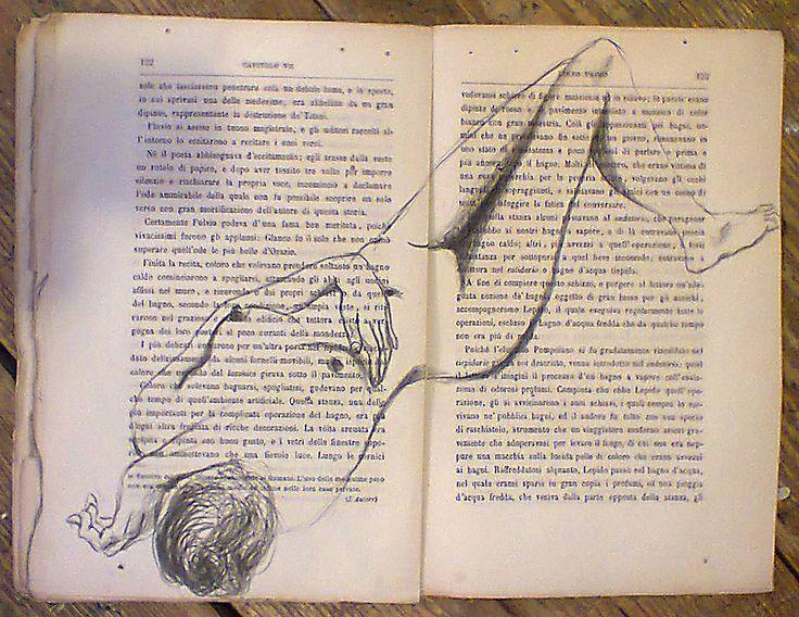 """Conosciamo gli #artisti: Anna Lisa Guarino. La #pittrice rappresenta figure di donne su di un vecchio libro, """"Gli ultimi giorni di Pompei"""". La luce che  passa attraverso i piccoli forellini presenti già sulle vecchie pagine sottolinea il passaggio di sensazioni ed  emozioni tra l'immagine disegnata e le parole scritte."""