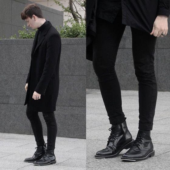 2015-04-04のファッションスナップ。着用アイテム・キーワードはコート, チェスターコート, ブーツ, 黒シャツ, 黒パンツ,etc. 理想の着こなし・コーディネートがきっとここに。| No:99247