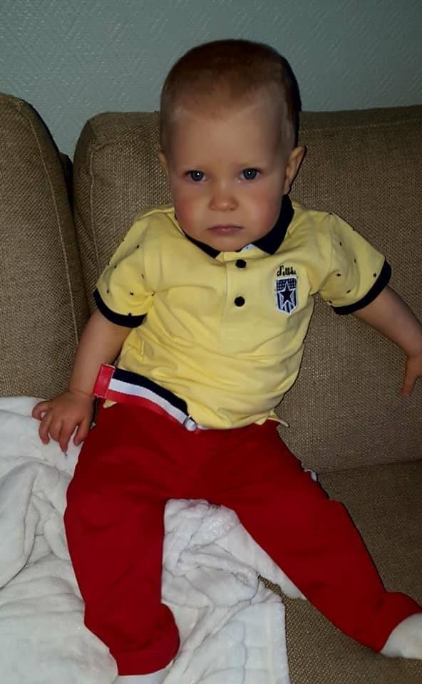 Nel-Blu vaaleankeltainen pikeepaita ja punaiset housut