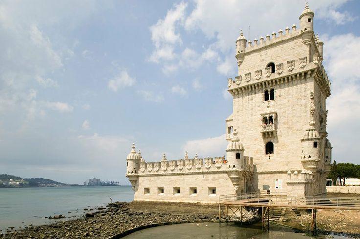 Portugal: Die Torre de Belém aus dem 16. Jahrhundert ist eines der Wahrzeichen Lissabons. Der Turm diente zur Verteidigung der Stadt