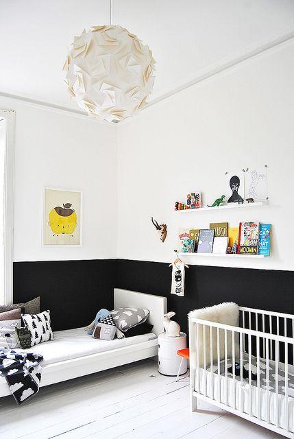 lamperie z czarnej farby tablicowej,szafa pomalowana czarną farbą tablicową,drzwi szafy pomalowane farbą tablicową,czarna tablica na ścianie w pokoju dziecięcym,czarna farba tablicowa na ścianie w pokoju dziecięcym,tablicowa farba,magnetyczna farba,jak malować ściany i meble tablicową farbą,aranżacje dziecięce z tablicową farbą,farba tablicowa hitem w pokojach dziecięcych,pomysły na malowanie ścian farbą tablicową,ciekawe pomysły na uzycie tablicowej farby,jak uzywać tablicową…