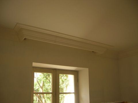 Corniche et boîte à rideaux - La corniche sait se montrer pratique et cacher les tringles de vos rideaux, avec style.