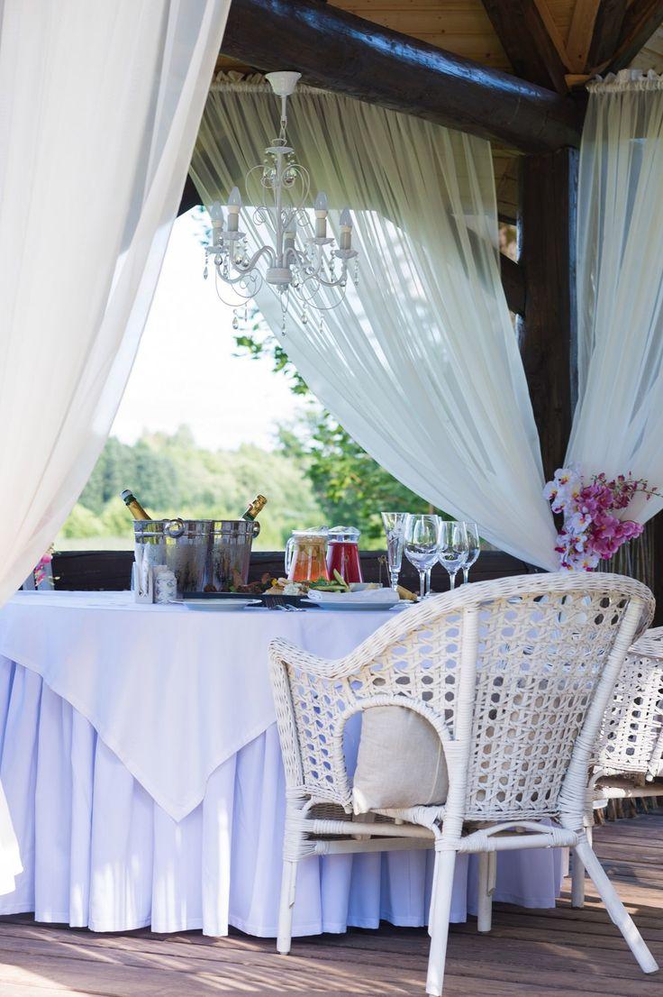 В беседке накрыт стол для жениха и невесты