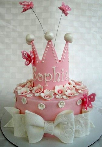 Evlerin prensesleri için taçlı doğum günü pastası