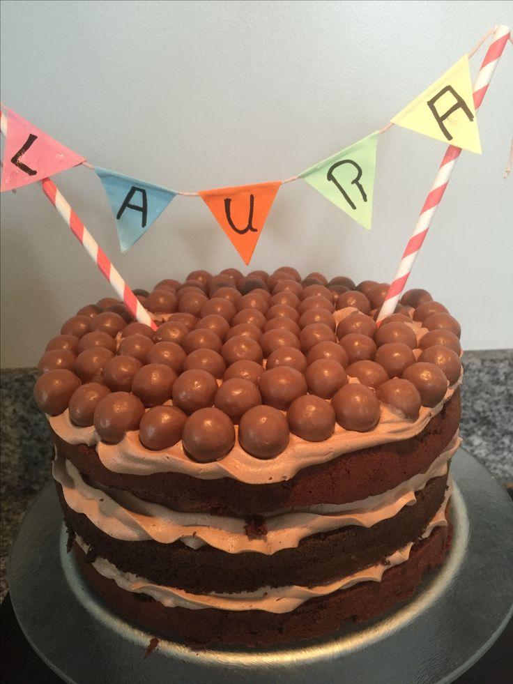 Malteser cake. Chocolade taart met chocolade vulling met maltesers er boven op.