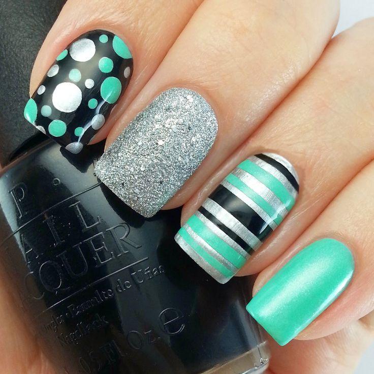 Uñas verdes, negras y plateadas con puntos