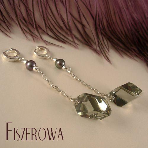 FISZEROWA - Grafitowy diament == Kolczyki wykonane z bardzo okazałych (22 mm) kryształów Swarovskiego o nowoczesnym geometrycznym szlifie, pereł słodkowodnych oraz srebra.  Długość całkowita kolczyków: 8,2 cm.