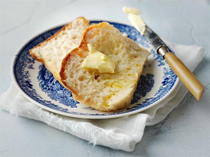 Valmista gluteeniton leipä itse. Gluteeniton taikina tarttuu käsiin. Tee taikina yleiskoneella tai alusta se öljytyllä kädellä. Gluteeniton perunasosejauhe antaa makua ja mehevyyttä.