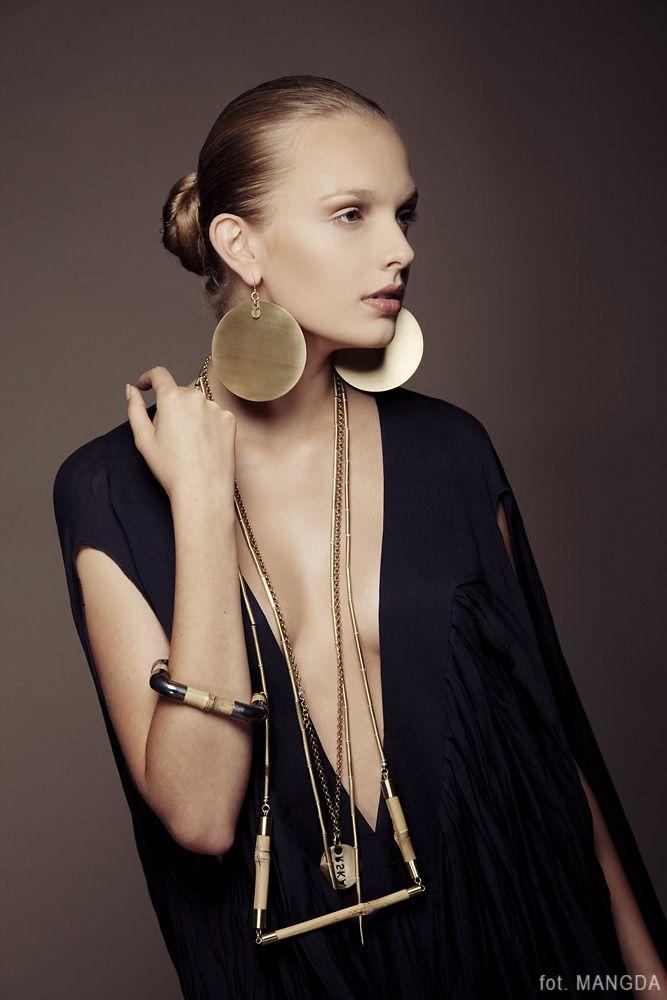 Fot. Mangda biżuteria: Anna Orska modelka: Paulina Klimek / Eastern Models makijaż i fryzura: Basia Grzymisławska:
