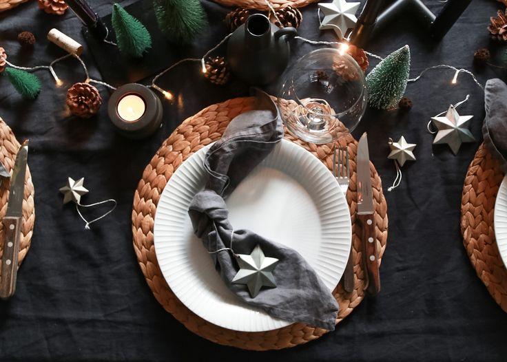 www.hvitelinjer.no / IG: @hvitelinjer    boddekking tablesetting decor decoration interior interiør diningroom spisestue tableware kahler kähler nurdesign marklojds lyngbydesign lyngby hmhome christmasdecor christmasdecoration christmas christmastable