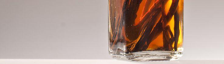 Vanille extract Ingrediënten - 500 ml. wodka - 5 vanillestokjes 8 weken laten trekken, elke week flink schudden.