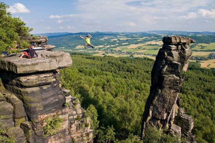 En la cuerda floja. Slackline - Deportes de aventura. Highline. Se suele ubicar entre dos cimas o peñascos dejando una caída libre de 20 metros de altura.