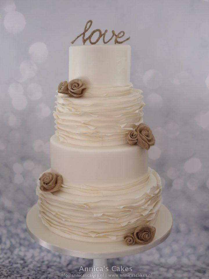 Bruidstaart met ruches en jute rozen.