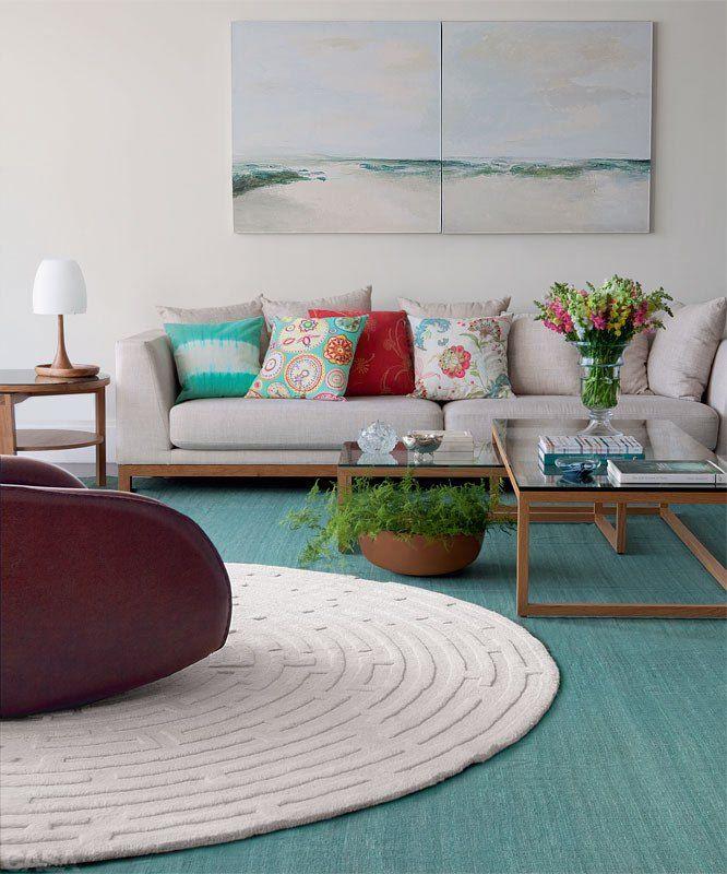 Decorar com tapetes pequenos. Se o seu orçamento não permite a compra de um grande tapete de qualidade, misture: um tapete maior, neutro e barato pode ser usado como base, com um tapete menor e de maior qualidade, por cima. A combinação cria um ótimo efeito decorativo para a casa.  http://casa.abril.com.br/ambientes/12-erros-de-decoracao-e-como-nao-os-cometer/