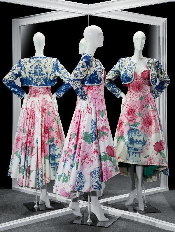 Frank Govers, Avondensemble, bestaande uit strapless jurk van katoen bedrukt met pioenrozen en een bolero bestikt met witte en blauwe pailletten in bloem- en bloempotmotieven, ontleend aan Delfts aardewerk, 1992 - Gemeentemuseum Den Haag