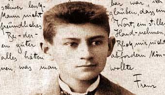 """Franz Kafka era um escritor de grande influência em sua época devido às suas autobiografias. Em se tratando da vida pessoal não se pode comprovar o que é ficção ou realidade na versão kafikiana, uma vez que seus escritos são recheados de emoções """"engaioladas"""" e a afetividade não passava de um freio veloz na hora de expor-la oralmente."""