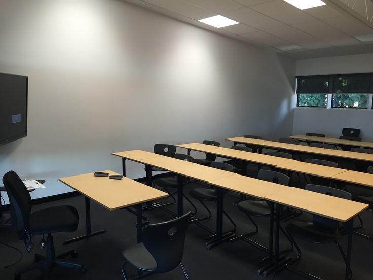 Ceci est une photo de l'une des salles de classe beaucoup à St Catherines. Dans chaque salle de classe, il est un tableau blanc, quatre rangées de tables et de chaises et d'un projecteur. Les salles de classe sont partagés entre tous les sujets. La professeur a également un bureau, il est situé à l'avant de la classe, bien que la professeur généralement se tient devant la classe pour engager la classe dans ce qui est enseigné. Les salles de classe sont définis comme ceci afin que les élèves…