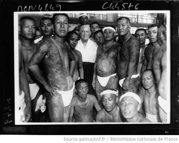 Docteur Stern, entouré de tatoués japonais, 1932