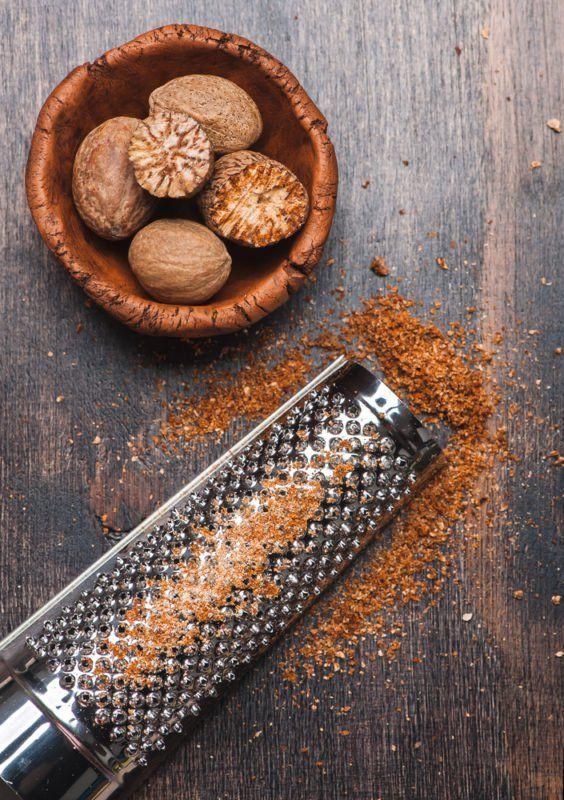 Die aormatische Muskatnuss verfeinert nicht nur Kartoffelgerichte. Traditionell wird sie auch zur Stärkung der Nerven und Förderung der Verdauung genutzt.
