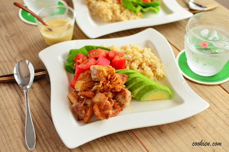チキンとソースの相性が抜群!一皿すぐに食べきれちゃいます。1人前300円以下でカフェ風を楽しめるお昼ごはん。手順と材料は多く感じますが、やることは簡単ですよ。写真のお米は玄米を使っています。