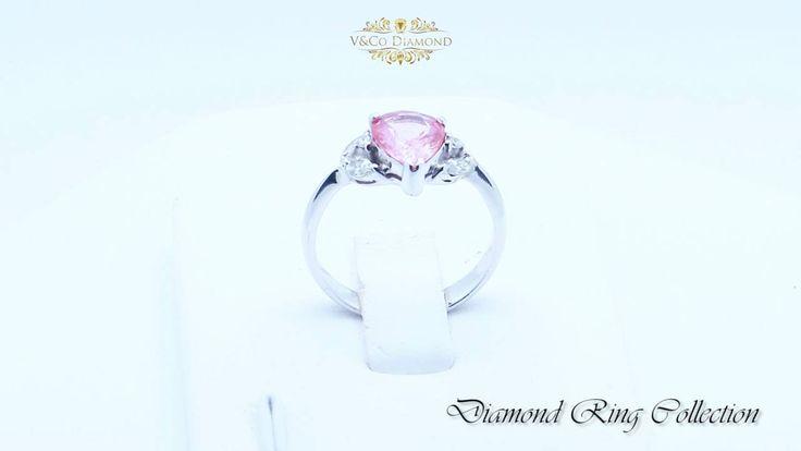 Cincin Berlian Wanita dengan material emas putih pada gagang cincin dan mata berlian berwarna merah (Ruby) berbentuk pear, menyatukan kesan elegan, cantik dan menawan. Detail cincin yang berkilau serta permata berlian yang indah, cincin ini tak akan pernah lepas untuk selalu dipandang.  Didesain secara mendetail dan khusus untuk kalangan wanita, Cincin Berlian Wanita koleksi terbaru dari V&Co Diamond ini dipastikan akan menambah kecantikan pemakainya baik itu remaja, anak muda atau wanita…