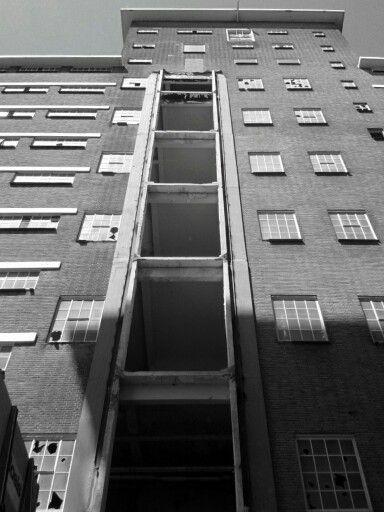 Gapende liftschachten Veemgebouw.