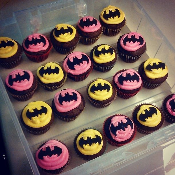 Batman cupcakes for a boy & girl twins birthday party. #batman #cupcakes