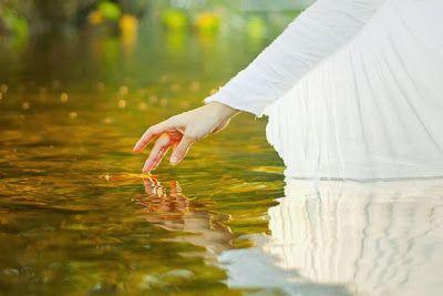 Esse anjo silencioso e amigo nos acompanha desde o nascimento até a morte. E, muitas vezes, na vida espiritual.  Você pode ter se transviado no mundo. Quem sabe, perdido o rumo dos próprios passos.Pense, no entanto, que um missionário do bem e da verdade, que é responsável por você, pela sua guarda, permanece vigilante.  Se você quiser, abra os ouvidos da alma e escute-o, retomando as trilhas luminosas.Ninguém, nunca, está totalmente perdido neste imenso universo de almas e de homens.  http: