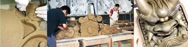 愛知県高浜市にある、「岩月鬼瓦」は明治に起きた三州鬼瓦の製造メーカーです。 鬼瓦は1400年前に仏教と共に大陸から伝わりました。建物の四方で、にらみをきかし、家を守る魔よけです。一般の家屋であれば、機械化された現在の製品でも費用などの面で有利ですが、歴史的に貴重な寺社、仏閣などの鬼瓦は独特なデザインで、量産物というわけにはいきません。 岩月鬼瓦の製品は今日でも1400年前とほとんど変わらない手作りにて製作されています。 その鬼瓦を製作する職人さんを鬼師といい、現代風に言えばクレイモデラーです。 岩月鬼瓦には愛知県認定上級鬼瓦製作師がおり、建物の特徴、地理的、歴史的背景を考慮して一つ一つ丁寧に手作りしています。 鬼瓦には、鬼の顔をしたデザイン以外に草木、動物、自然(波、雲、水、火)や幾何学模様など様々なデザインがあり、日本の原風景に溶け込んでいます。 この鬼瓦のデザインとその意味を込めたアクセサリーができないか、そんな想いから今まで培ってきた鬼師の技術と現代のテクノロジーが合体し、シルバーアクセサリーのブランド「GaRock(ガロック)」を立ち上げました。