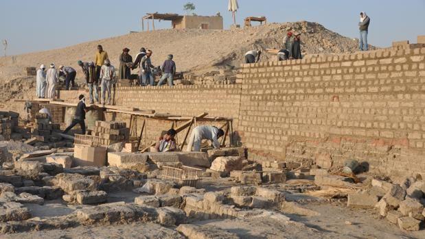 Trabajos en el muro perimetral oeste del templo de Tutmosis III en Luxor