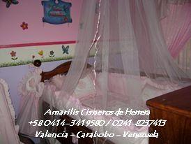 Set de Cama-Cuna Para Niña 1x1.30 con Aplicaciones Bordadas: Edredón, Protectores con Volantes y Lazos, sàbana esquinera, cojín decorativo, Dispensador de Pañales y Cortina, Cojines para Mecedora. Por AMARILIS CISNEROS DE HERRERA - VENEZUELA +58-414-3419580 / 0241-8237413