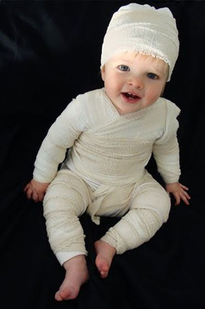 Sure, a mummy is a pretty classic last minute costume idea, but I've never seen such a cute version before. Grab a roll of gauze from the medicine chest and layer it over an existing pair of pants, the top half of a long-sleeve onesie, and a knit cap. A few safety pins and knots should keep it in place. Just make sure it's removable for any mid evening outfit changes.: Baby Mummy, Halloween Costumes, For Kids, Baby Costumes, Mummy Baby, Diy Mummy, Mummy Costumes, Easy Diy, Costumes Ideas