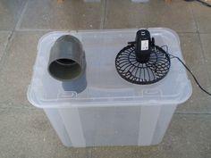 Climatiseur maison : Il ne vous reste plus qu'à placer des blocs de glace dans la boite, remettre le couvercle en place et mettre en marche votre ventilateur pour profiter de la fraîcheur. Avec ce dispositif vous pourrez profiter d'environ 5 heures de fraîcheur avant de devoir remplacer le bloc de glace.