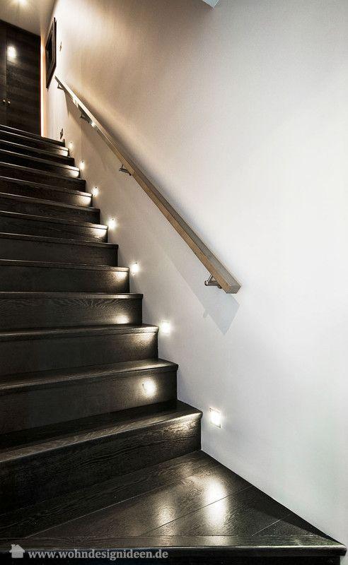 schwarze Holztreppe Treppenbeleuchtung Licht jede zweite Stufe,
