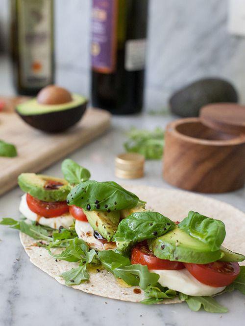 avocat, tomate, mozza et basilic