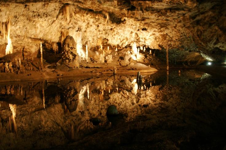 Het spiegelmeer in een van de grotcomplexen in het Kartsgebergte Tsjechië