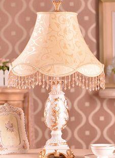 Günstige europäische tischlampe schlafzimmer bett luxuriöse prinzessin ländlichen Hochzeitsfeier warmes licht tischlampe, Kaufe Qualität Schreibtisch Lampen direkt vom China-Lieferanten:    Produkte spezifikationen:        1. größe: 64*31 cm        2. körper: Harz        3. spannung: AC220V        4, Stoff
