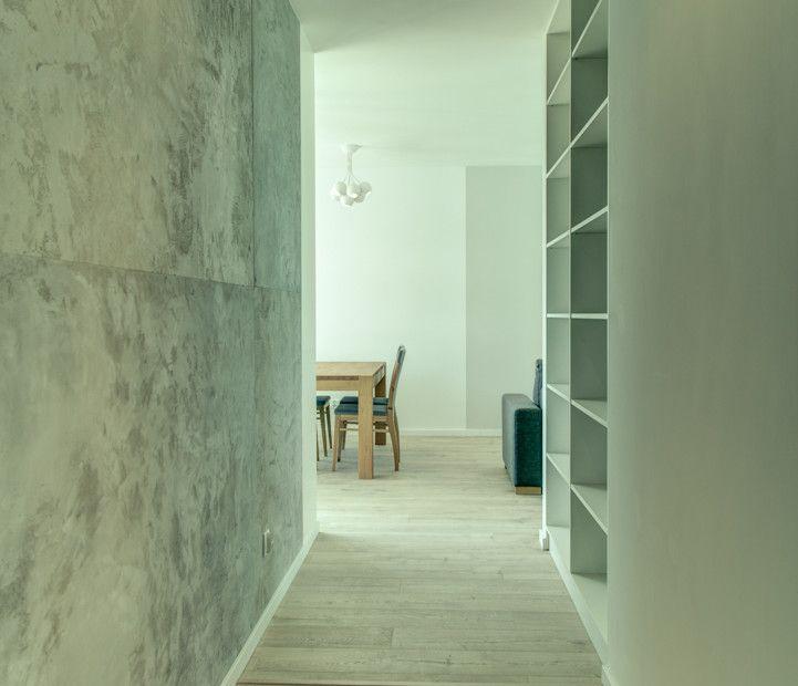 Długi korytarz stanowiący przedpokój, który został wyróżniony betonowym tynkiem, położonym na całej długości, który w przyszłości będzie służył za galerię kolorowych obrazów i luster z doklejonym mchem.