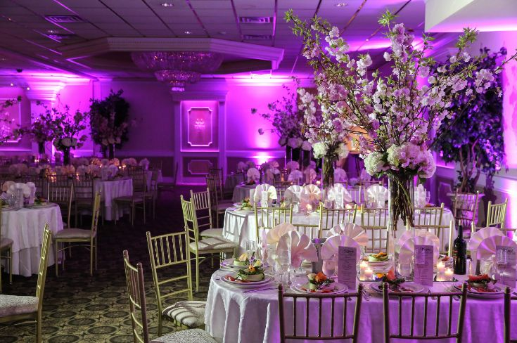 This gorgeous wedding reception set-up | featuring beautiful up ...