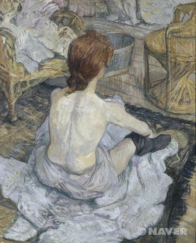 """앙리 드 툴루즈 로트렉, """"화장"""", 1896, 마분지에 유채, 오르세 미술관.  살짝 야윈듯한 몸,  엉덩이를 두고 다리를 대충 벌려 편하게 앉은 자세. 아름답지 않지만, 지극히 현실적이다."""