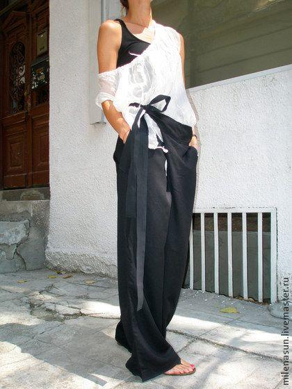 Свободные черные льняные брюки. Это  одна из моих любимых вещей. Они очень удобны и элегантны. Одинаково подойдут и для похода в ресторан, в театр, для прогулок.  Выглядят восхитительно с обтягивающим топом, туникой, майкой.  Регулируемый ремень.