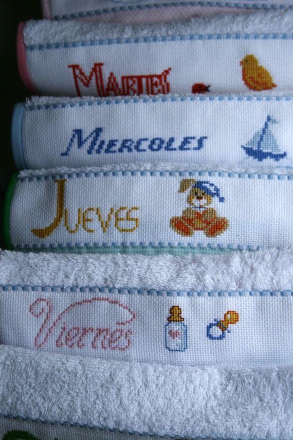 Baberos en toalla de rizo para todos los días de la semana. Pack de siete con bordados diferentes