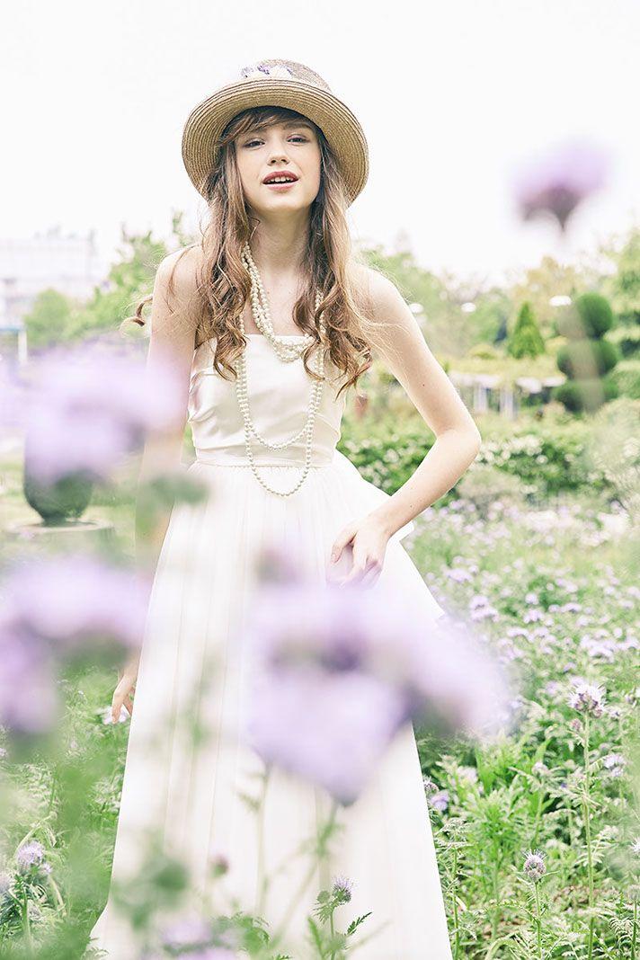 No. DBW-043F –シンプルなウェディングドレスは小物のコーデ次第で、なりたい花嫁に。私らしくウェディングシーンを演出。