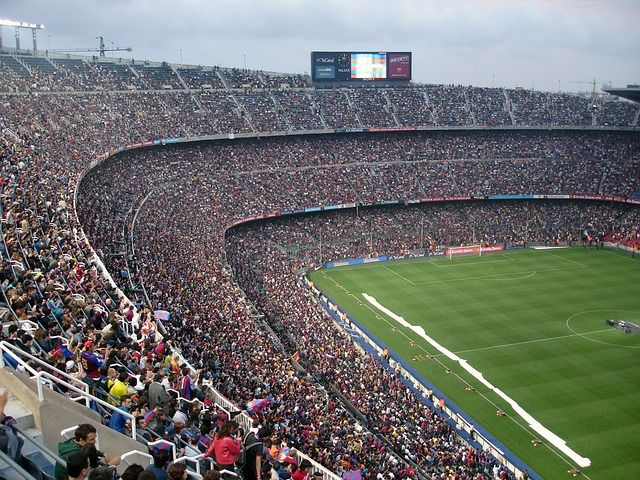Das Topspiel der Saison für den FC Bayern München    Heute ist es soweit! Ganz München ist im Fussballfieber. Wie letztes Jahr werden die Münchner auch dieses Jahr wieder unter den vier besten europäischen Clubs spielen.  Austragungsort für das Hinspiel ist die Allianz Arena in München. Dass dies ein Spiel der Superlative wird ist unumstritten. Barcelona wird alles unternehmen um das Rückspiel angenehmer gestalten zu können.  Zudem hoffen die Katalanen auf Messi.