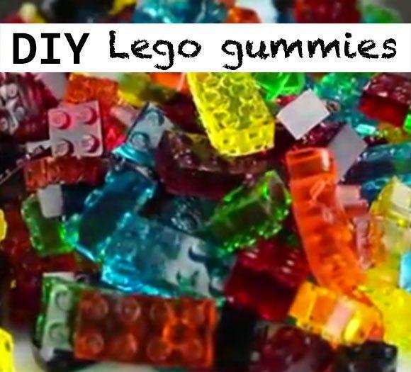 Wat krijg je als je winegums en Lego stenen met elkaar combineert? Snoepjes waarmee je torens kunt bouwen! Tenminste… als ze de bouw overleven. Want mijn kinderen vinden deze Lego gummies veel te lekker om lang te laten staan. Gelukkig kun je zo weer wat stenen bij maken als je tekort komt. Het recept heeft slechts drie ingrediënten! Wat heb je nodig? 1 1/2 Gelatine blaadje 120 ml koud water Zakje Jello Siliconen Lego vorm Aan de slag! Doe het water in een steelpannetje en laat de gelati...