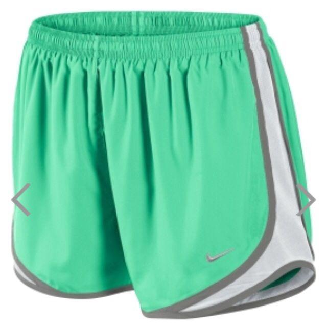 Los pantalones cortos es de Nike. Me gusta mucho Nike, y me encantan los pantalones cortos. Tengo muchos pantalones cortos de Nike en mi casa. Los pantalones cortos son Azul, blanco, y gris. Me encantan los pantalones cortos.