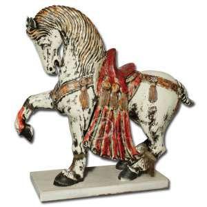 Cavalo. Escultura de faiança policromada apresentando o cavalo em posição de trote, ricamente engalanado e com franjas nas pernas; apoiado em base retangular de madeira; 81 cm de comprimento e 85 cm de altura. Europa, séc. XIX. Apresenta fio de cabelo na parte traseira. Faltando uma franja em uma das pernas.