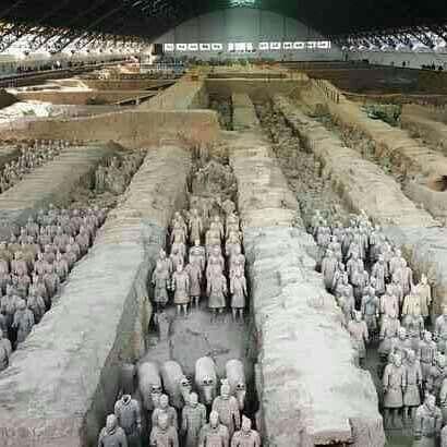 Los Guerreros de Terracota son cerca de 8,000 figuras de arcilla que datan del año 210 a. C. Fueron descubiertas en 1974 y fueron enterradas por el emperador chino Qin Shi Huang quien creía que enterrando estatuas seguiría teniendo tropas a su mando.