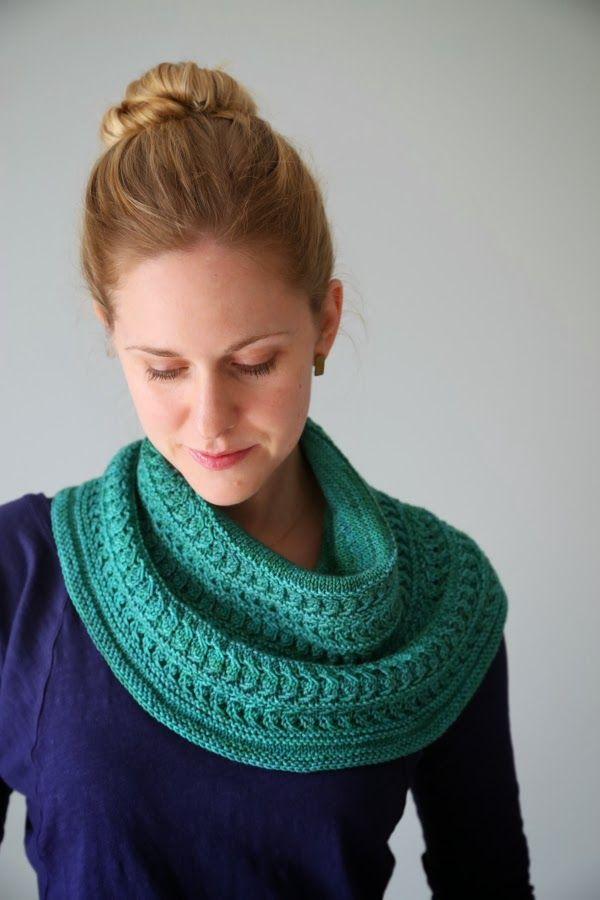 Gorgeous knitted cowl pattern: The Yarniad: Patternum Novum: Luna Viridis K...