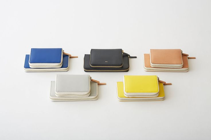 コイン、カード、札入れの順に仕切られた、ジップタイプの長財布。 ファスナーを開けると仕掛け絵本の様に幅広いマチが開き、それぞれの部屋を一度に見渡す事ができます。中央のオリジナル構造のカード段はカードを縦に出し入れするタイプで使い易さ、容量共に優れています。  革本来の表情を活かすため、表面加工を出来るだけ抑え自然の表情に仕上げています。 そのため多少のシワ、コキズ、汚れ、擦れがございます。  素材:表/牛革 内装/牛革  サイズ:H10×W19.5×D2.5 cm 210g  日本製